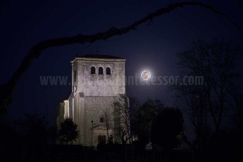 Iglesia de VIllanueva de Río Ubierna (Burgos) con luna llena trasera