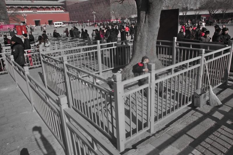 Barrendero descansando apaciblemente en la entrada de la Ciudad Prohibida de Pekín
