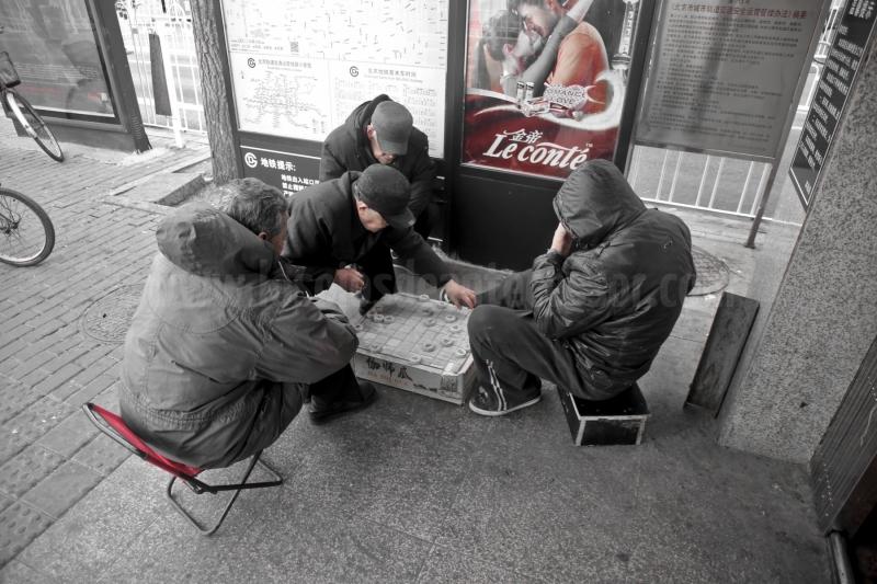 Juegos de mesa en la entrada del metro de Pekín