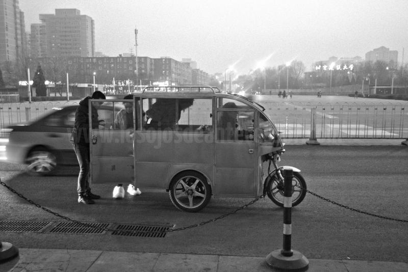 Los taxis convertidos en motocicletas con cabina cerrada son un clásico de Pekín