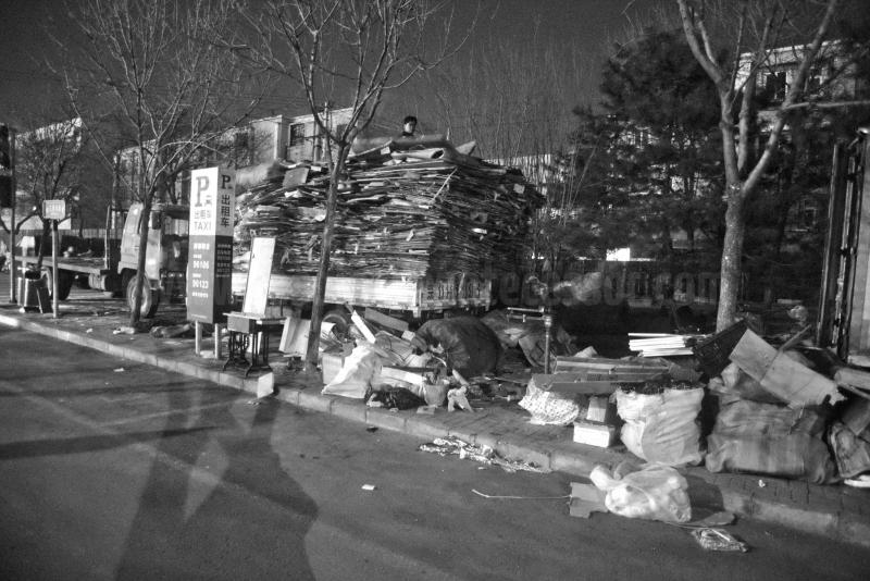 Sobre una columna de cartones encima de un camión se observa la cabeza de un Pekinés